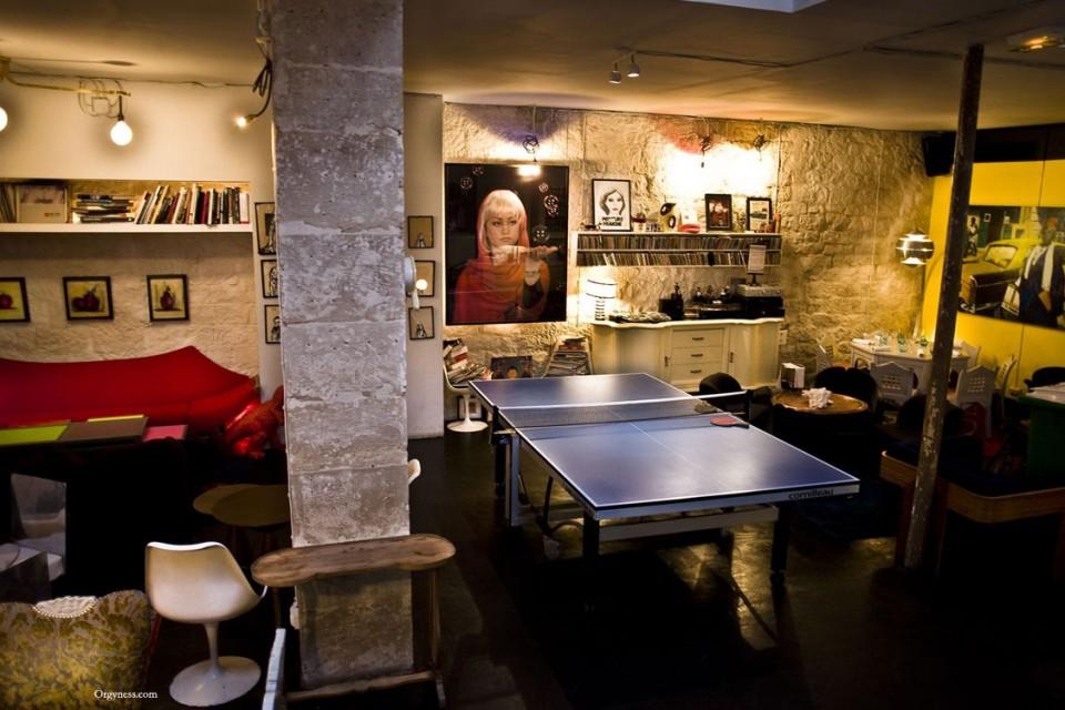 restaurant le derri re orgyness. Black Bedroom Furniture Sets. Home Design Ideas